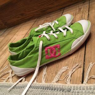 DC skor i grönt och rosa använda fåtal gånger, finns en fläck som 3:e bilden visar men annars helt ok skick. Dom är bra som tränings skor och lätta att gå i, swish går bra köpare står för frakt