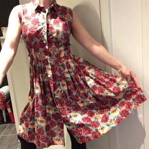 Snyggaste klänningen by Nanajit/Cissi&Selma! 🌸🌼🌺 Fantastiskt fall/assnygg när man snurrar! Aldrig använd pga inte min färg. Möts upp i Stockholm city, eller Huddinge centrum/sjukhus, eller fraktar, köparen står för frakten (vikt 273 g). Gärna swish!