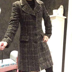 Jättefin kappa med Chanel-känsla! Inköpt i Milano, välskräddad a la Italien, mycket fint skick! Små trådar i tyget som glittrar i visat ljus, se bild 3. Små axelvaddar som ger kappan (och bäraren) jättefin siluett. Storlek 42 i Italien = motsvarar svenska 36-38.  Möts upp i Stockholm city eller Huddinge centrum/sjukhus eller fraktar, köparen står för frakten (vikt 973 g). Gärna Swish!