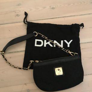 Helt oanvänd fin liten aftonväska från DKNY. Size 20x12 cm.