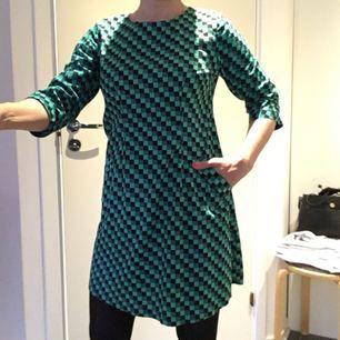 Jättesöt Nanajit-klänning från Cissi&Selma, endast använd ett fåtal gånger. Två söta fickor, dragkedja i ryggen. Möts upp i Stockholm city, eller Huddinge centrum/sjukhus, eller fraktar, köparen står för frakten (vikt 186 g). Gärna swish!