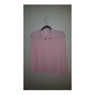 Rosa skjorta från Forever21, oanvänd.  Fina detaljer! Frakt inräknat i priset.