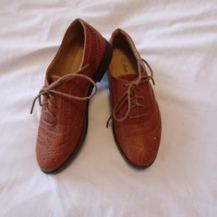 Bruna skor i skinimitation ✨ inköpta i London, använda endast en gång!
