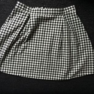 Superfin kjol från Urban outfiters. Storleksmärkt M men den är enligt mig mer som en S. Tyvärr för liten för mig så har enbart använts 1-2 ggr. Finns i Uppsala.
