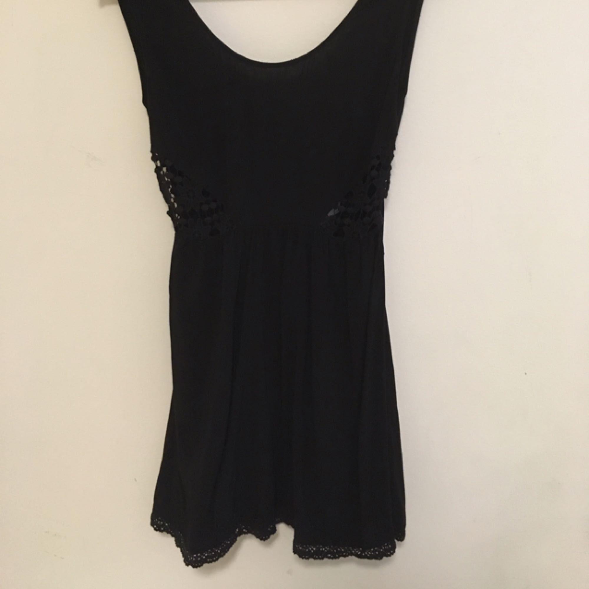 2f8c9fc4b096 Superfin svart klänning med öppen rygg. Virkat parti precis under bysten  (se bild 2 ...