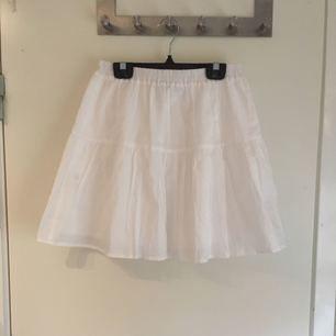 Söt, Vit kjol från ASOS! Perfekt för sommaren! Aldrig använd! Lappen sitter kvar! Köparen står för frakten!