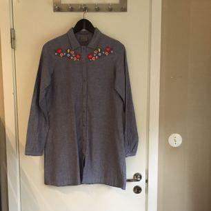 Kjort-klänning i denim-liknande material med broderade blommor! 100% bomull! Köpt på ASOS. Från Vero Moda! Använd 1 gång! Bra skick! Köparen står för frakten! ✨