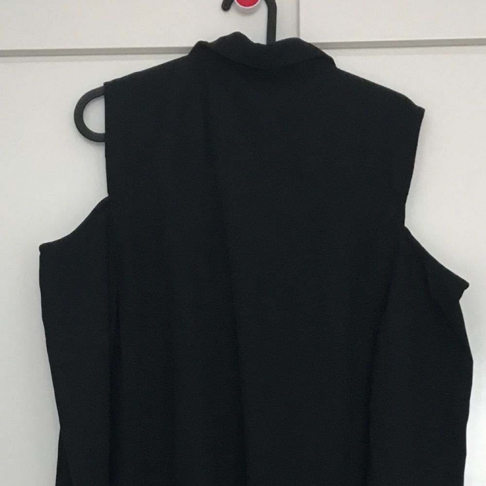 ... Svart klänning med lång ärm och knappar framtill hela vägen ner dca4a48b34091