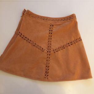 Jättefin kjol i mockaimitation från HM. Önskar att jag kunde behålla den men säljs då den är lite för stor.