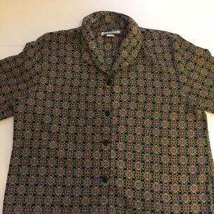 Mönstrad skjorta köpt på Beyond Retro