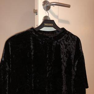 Oversize T-shirt i sammet från Monki, lite hög krage och en slits i nederkanten av T-shirten. Använd ca 1 gång!