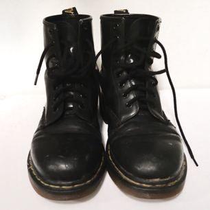 Dr Martens, köpta secondhand lite slitna men i bra skick! Bytt till nya sko snören ☺️ frakt tillkommer