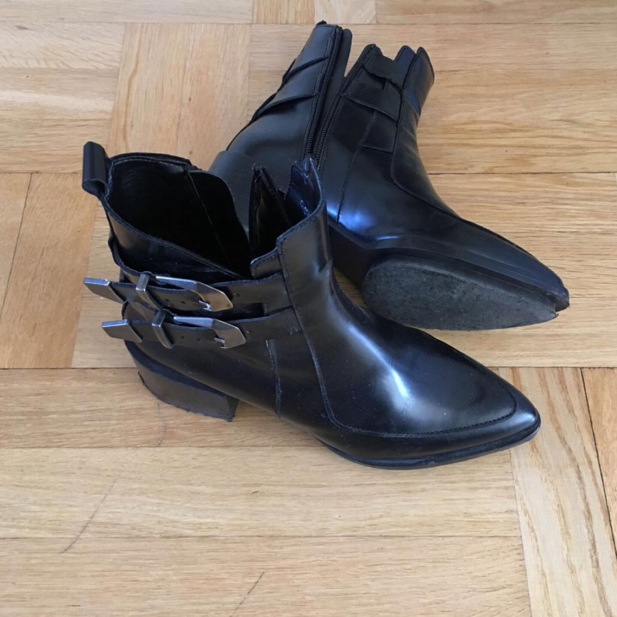 Brand :ZARA almost new used for three times only Genuine lather  New price:1350kr Size:38. Skor.