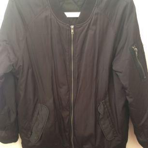 Varm och skönt svart bomberjacka. Kan användas med varma tjocktröjor under. Funkar höst som vår och vinterjacka! Inköpt på monki för ca 5 år sedan.