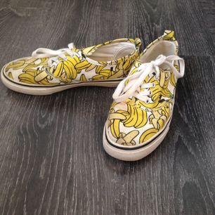 Sköna snekers i Vans-liknande modell med banantryck!