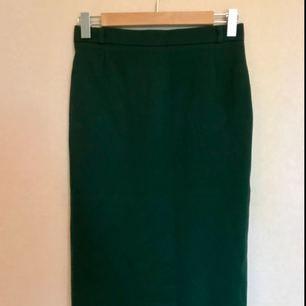 Härlig tight 50tals kjol, man känner sig verkligen som Typ Joan i Mad men! Köpt secondhand, lite oklar storlek men ca 36. Välsydd!   Frakt ingår!