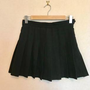 """Har till slut blivit dags att sälja min älskade AA-kjol. Älskar denna! Den är välsydd, lite """"rejälare"""" i tyget, dressad och så sjukt snygg. Lite """"school girl""""-aktig, passar väldigt bra till 90talsmodet som är inne just nu! Funkar till vardags och fest. Den har till min stora sorg blivit för liten så det är dags för den att gå vidare. Välanvänd med ftf i väldigt bra kvalité! Köpt för 600kr.   Obs ganska liten i storleken!   Frakt ingår!"""