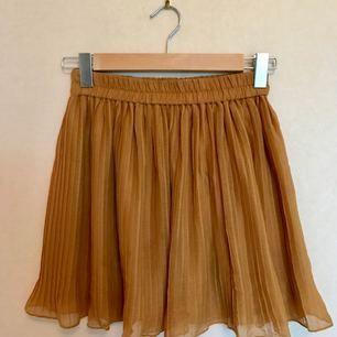 Söt kjol från Monki i härlig höstgul färg, ordentligt band i midjan som gör att den sitter supersnyggt! Och iom dubbel lager faller den snyggt. Har använts en del men inte på sistone. Bra skick.   Frakt ingår!
