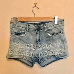 Jeansshorts från HM. Mjukt skönt tyg, snyggt broderat mönster, korta men täcker rumpan ordentligt, halvhöga i midjan och sjukt bekväma.   Frakt ingår!