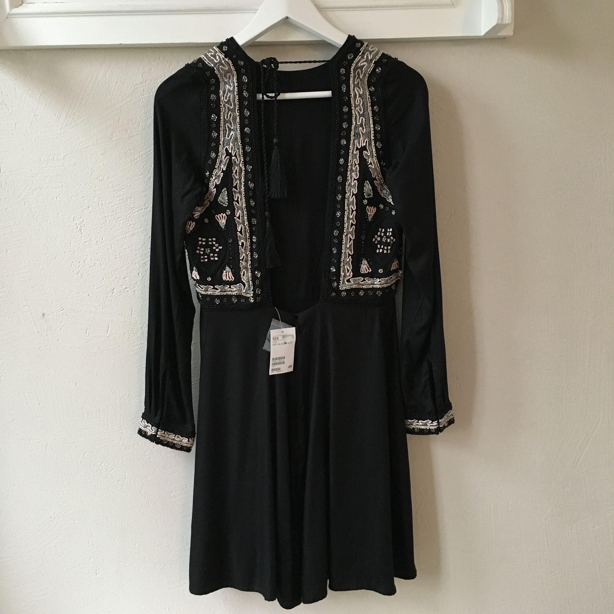 7efd821a456a Djup urringning i Vacker och lyxig klänning med stenar från H&M som aldrig  är använd. Djup urringning i