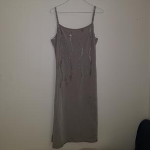 Versace klänning perfekt till nyår; silverglittrig med extra silver detaljer.