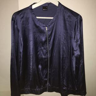 Blå tunn silkes jacka från ginatricot i storlek 44 (passar L-XXL)  Använd en gång då den är alldeles för stor Original pris: 399 kr Säljs pga: För stor