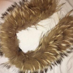 Säljer äkta päls du sätter på din luva. Längden är ca 65cm. Köparen står för eventuell frakt.