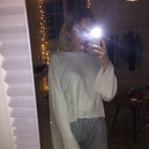 supersnygg vit tröja från bikbok som har långa vida ärmar. tyvärr kommer den aldrig till användning så därför säljer jag. Pris är inkl. frakt