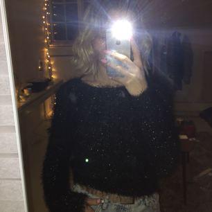 snygg glittrig tröja från okänt märke med okänd storlek. jättemysig och cool som bara hängt i garderoben ett tag. pris är inkl. frakt