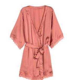 Sparsamt använd morgonrock från H&M. Beskrivning från deras hemsida: Kimono i satin med spetsdetaljer. Kimonon har dolt knytband i ena sidan och knytskärp i midjan. Kort ärm.  Betalning via Swish, frakt på 35:- tillkommer.