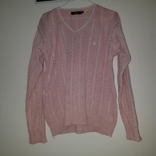 Det är en kabelstickad Ralph Lauren tröja som är lite  oversized på mig (är typ m).