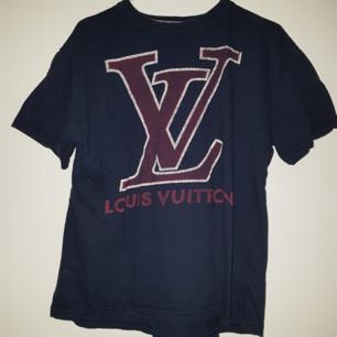 Louis vuitton tröja, antagligen inte äkta då jag aldrig sätt en sån förut...