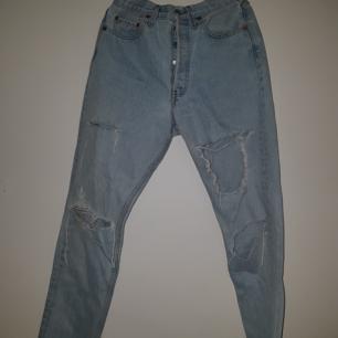 Storleken har suddats ut på dessa Levis jeans men i ett mer eller mindre identiskt par jag har är 33/32 så vi kör på det