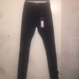 Säljer ett par helt nya svarta Highwaist skinny jeansleggings! Från Rut and Circle i storlek 38. Upplever dock att de är små i storlek! De är helt nya med prislappen kvar!