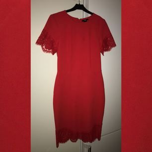 En röd midi form fitting klänning från H M med spets detaljer på änderna.  Sitter snyggt a2c0398c7ec89