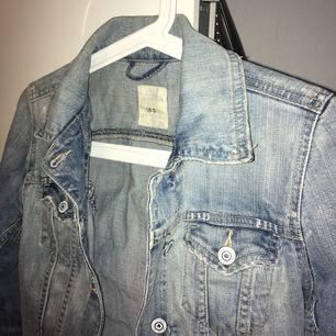 En jeans jacka från H&M, nästan aldrig använd :)