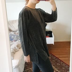 Fin och glittrig längre tröja. Billigt pris pga den är köpt second hand och inte nyskick. Frakt ingår i priset✨