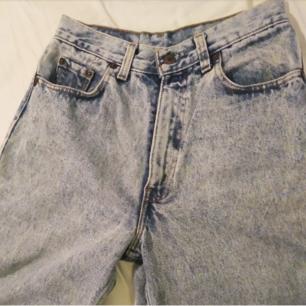 Levis jeans i gott skick förutom att lappen är utsuddad så kan inte se storleken men gissar på W30 L39 eller st S. Har en knappt synlig blekt fläck på vaden.