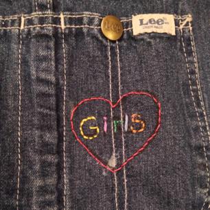 Fin jeansklänning från Lee med ett broderat hjärta det står girls i. Nackdelen är att den är extremt kort så antingen ska även du vara kort eller så kan en ha något under! 💃