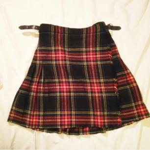 Min absoluta favorit kjol som jag inte kan ha längre. Det står att den är för 10 åringar så typ xxs eller xs eller 34 skulle jag tro. Har som två korta skärp en spänner.