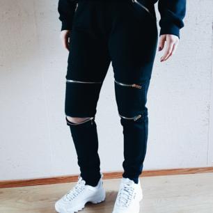 Säljer dessa byxor från Livi clothing  Orginalpris 1000 kr Använda en gång   Strl på byxorna är benämnd som M/L men passar utmärkt åt S/M.  Varma och perfekta nu på vintern.  Möts upp i sthlm