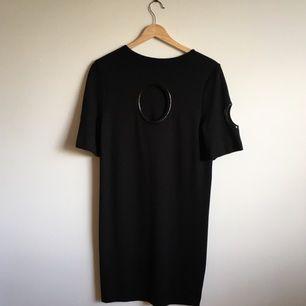 Svart klänning med öppna detaljer på rygg och ärmar. Passformen är något mellanting av tight och loose fit. Väldigt sparsamt använd. Skickas mot betalning av frakt eller mötes i Gävle. Swish is queen 👑