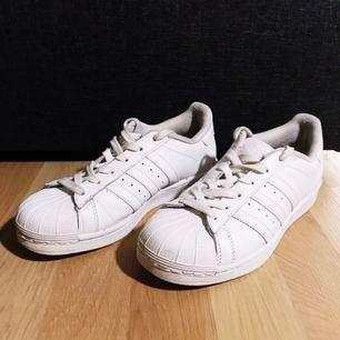Adidas Superstar Foundation. Säljes för 250kr, nypris 999kr. Betalning sker via swish.