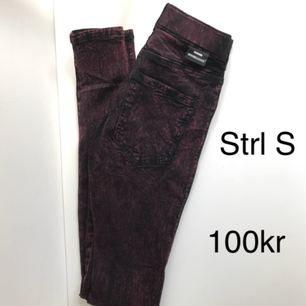 Röd/svarta stentvättade dr denim jeans