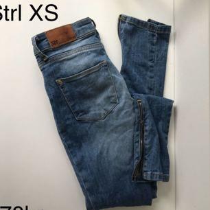 157 jeans med dragkedja detalj längst mer på benen