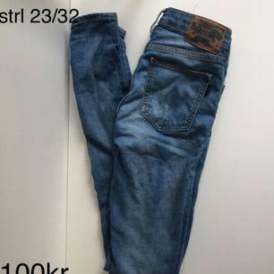 Tighta högmidjade Crocker jeans
