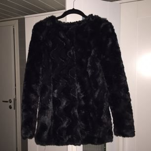 Fax four jacket, fakepäls jacka i svart. I väldigt fint skick, frakt: 50kr eller så kan jag mötas upp i Göteborg