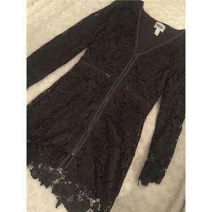Spetsklänning av Rebecca Stella, använd en gång. Nypris 999:-. Frakten ingår i priset.