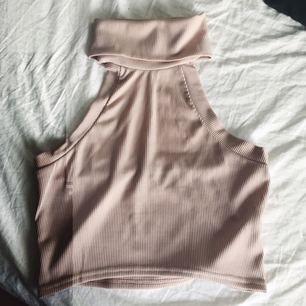 Snygg nudefärgad topp med öppen rygg! Tycker den är snygg men kommer tyvärr inte till användning för mig! 🌞 (!! Frakt är inkluderat i priset!!)