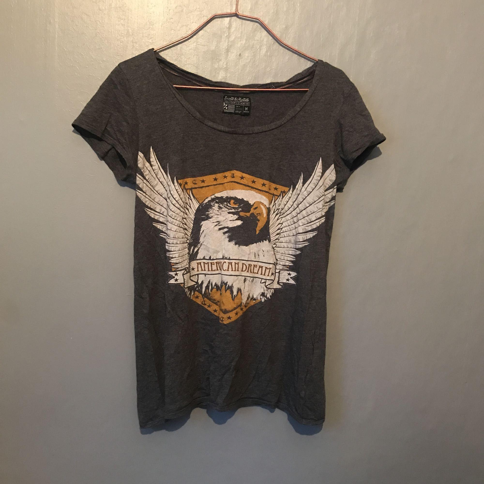 T-shirt från carlings. Knappt använd. Org pris typ 199??. Frakt 20kr.. T-shirts.